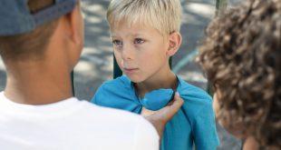 Kind wird von 2 anderen angegriffen - Mobbing in der Schule