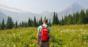 Junge wandert mit Rucksack in den Bergen Daypacks für Beruf und Freizeit