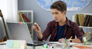 Junger Schüler lernt am Schreibtisch für Kinder