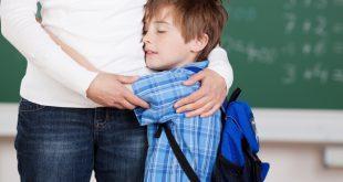 Schüler lehnt sich an Mutter - Neu an der Schule