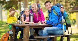 Familie bei einer Wanderung - Hochwertige Wanderrucksäcke