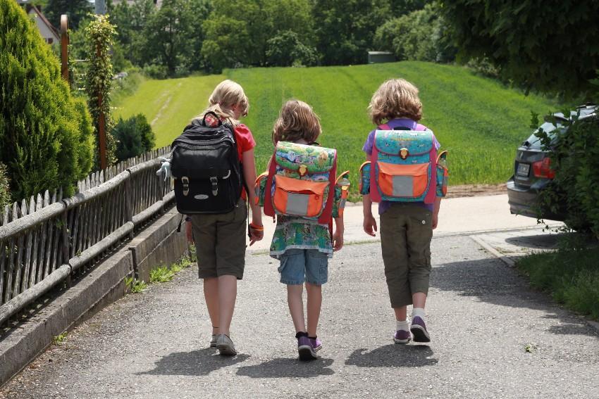 Kinder mit Schulranzen - Kindertornister