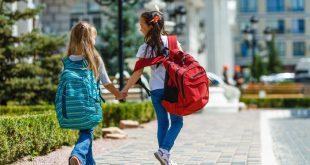 2 Kinder mit Schulranzen - Haltungsschäden bei Kindern vermeiden