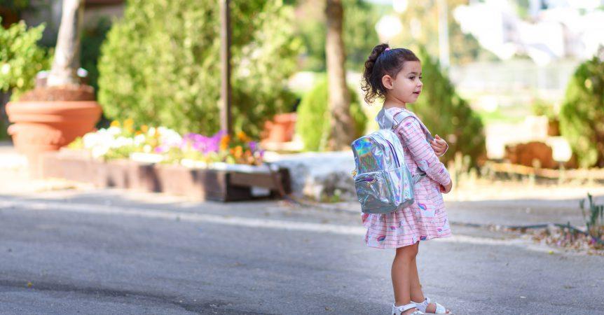 kleines Mädchen mit Ranzen für die Vorschule