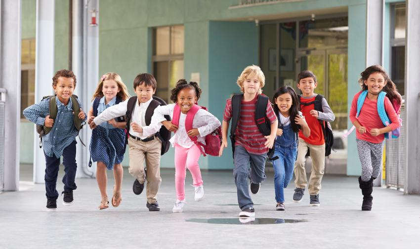 Gruppe von jungen Schülern rennt durch die Schule - Angst vor der Einschulung ist meist schnell verflogen