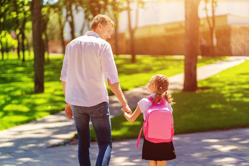Vater begleitet Tochter zur Schule - Angst vor der Einschulung kann man verhindern