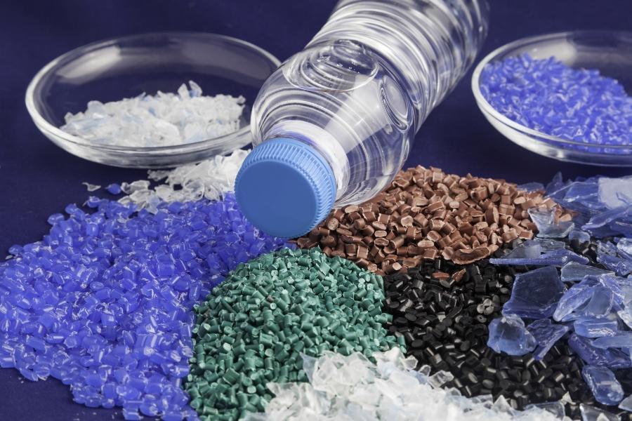 PET Flasche mit recyceltem Granulat - Schulranzen aus PET-Flaschen