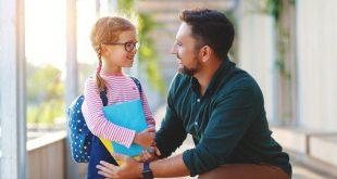 Vater mit Tochter - Den Schulranzen richtig tragen