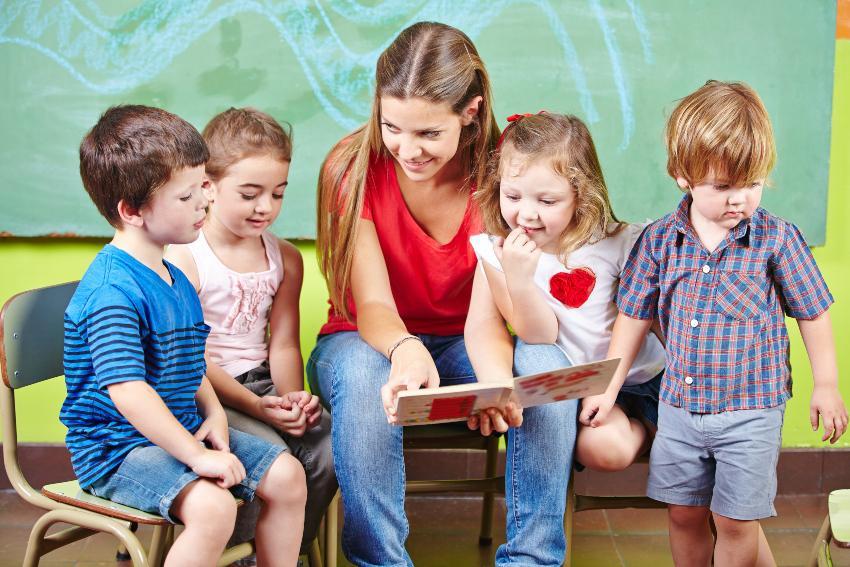 Vorschullehrerin liest Schülern vor