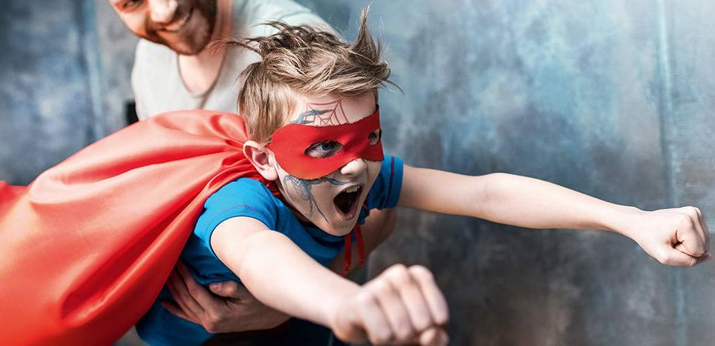 Junge im Supermann Outfit - Die besten Jungenschulranzen