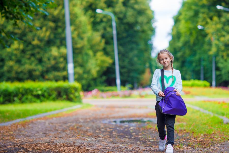 Mädchen mit Schulsporttasche