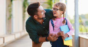 Junges Mädchen am ersten Schultag - beliebte Schulranzenmarken