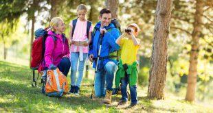 Junge Familie beim Wandern - Volumen beim Rucksack muss zum Anlass passen