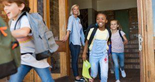 Kinder rennen aus Schule - wir stellen Ranzensets vor
