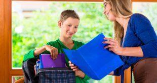Schüler und Mutter packen Schulranzen - Schulranzen mit viel Stauraum