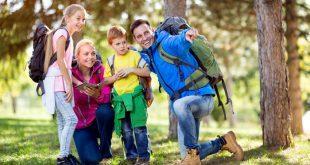 Junge Familie mit Rucksäcken - Rucksackvergleich