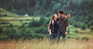 Junges Paar beim Hiken - bequemer Rucksack