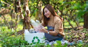 Vegane Rucksäcke - junge Frau sammelt Plastikflaschen